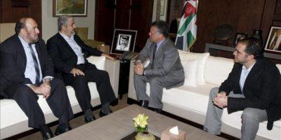 El rey jordano, Abdalá II (2ºder), y el príncipe Alí (der), durante la reunión con el líder en el exilio del movimiento palestino Hamás, Jaled Meshal (2º izq), y el miembro del partido Mahamed Nazzal (izq), en Ammán (Jordania). EFE