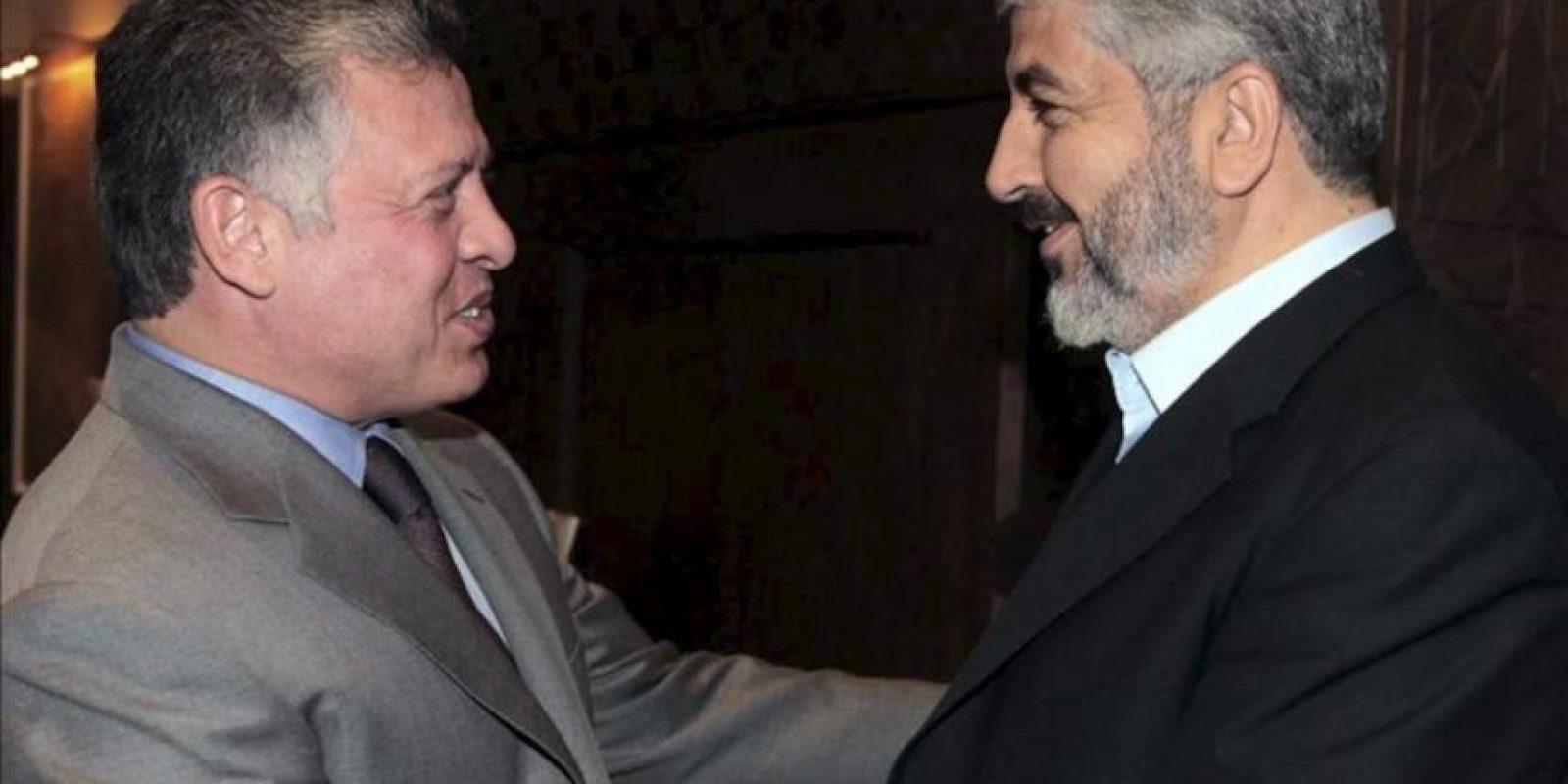 Imagen distribuida por la Casa Real Jordana que muestra al rey jordano, Abdalá II (izq), saludando al líder en el exilio del movimiento palestino Hamás, Jaled Meshal (der), en Ammán (Jordania). EFE/Casa Real Jordana
