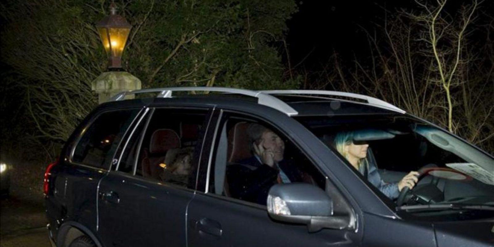 El príncipe heredero, Guillermo Alejandro (c), y su esposa, la princesa Máxima (d), abandonan el palacio de Eikenhorst en Wassenaar, Holanda, el 28 de enero de 2013. EFE