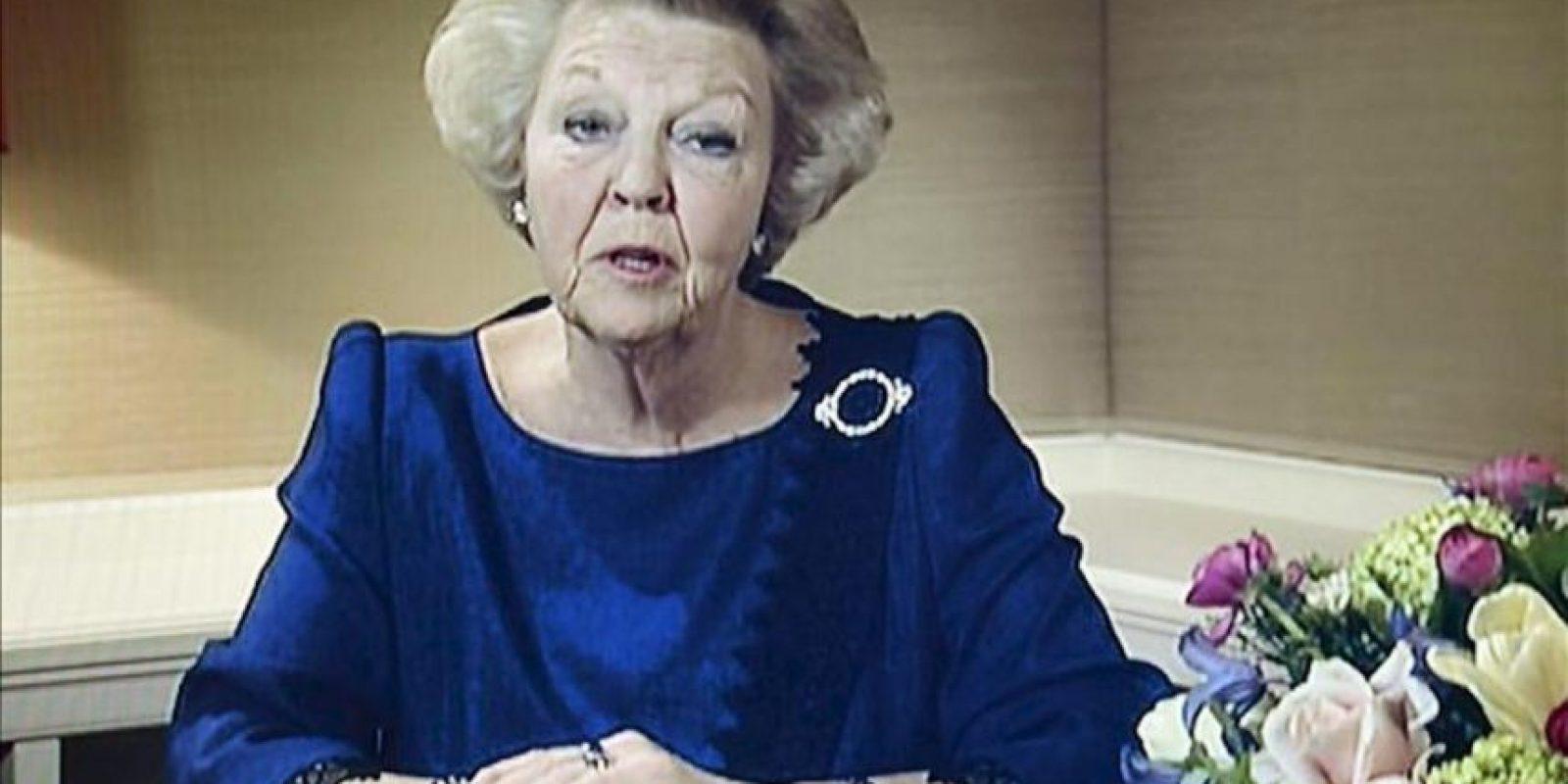 Captura de una imagen del canal de televisión holandés NOS, de la reina Beatriz de Holanda durante el anuncio de su abdicación tras casi 33 años en el trono, en Rijswijk, Holanda, el 28 de enero de 2013. EFE