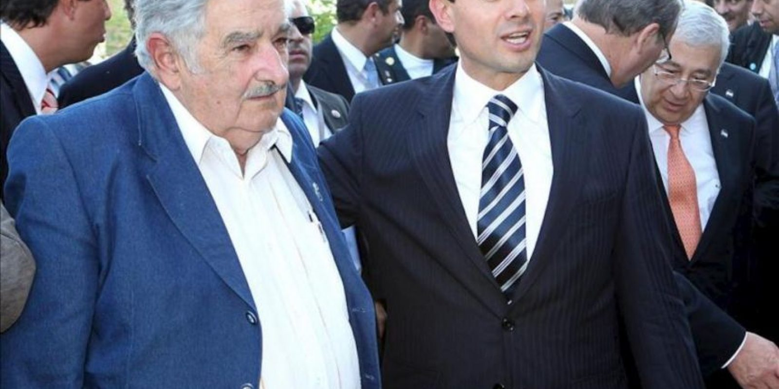 El presidente de México, Enrique Peña Nieto (d), junto a su par uruguayo, José Mujica (i), visitan el Laboratorio Tecnológico del Uruguay para conocer detalles del Plan Ceibal de una computadora portátil para cada escolar. EFE