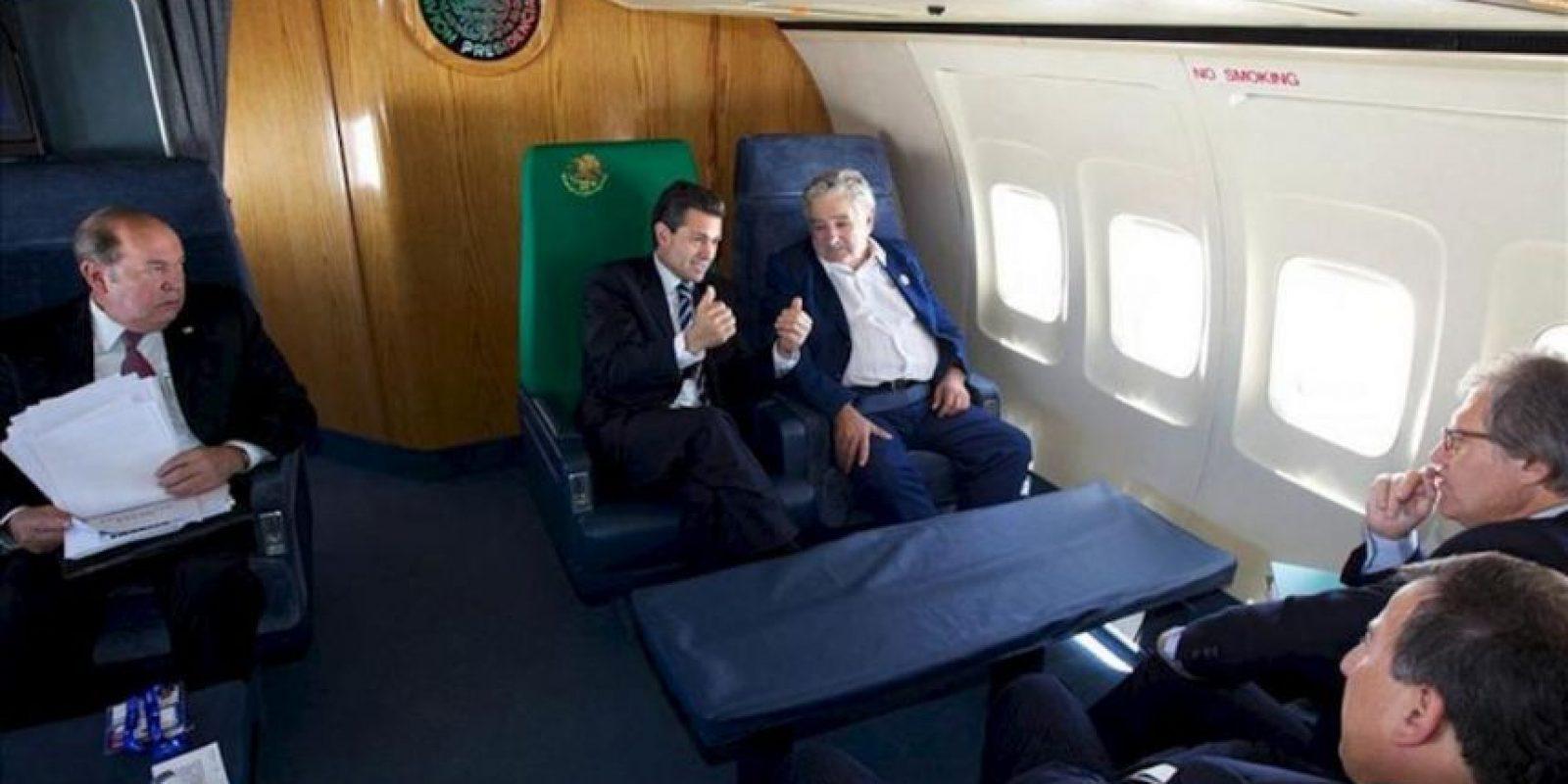 Fotografía cedida por la Presidencia de México, que muestra a los mandatarios de México, Enrique Peña Nieto (c), y de Uruguay, José Mujica (d), en el avión presidencial mexicano, durante su viaje a Montevideo, Uruguay, procedentes de la cumbre Celac-UE. EFE