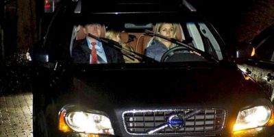 El príncipe Guillermo de Holanda y su esposa, la princesa Máxima, llegan hoy, lunes 28 de enero de 2013, al palacio Eikenhorst en Wassenaar (Holanda). La reina Beatriz anunció hoy su abdicación tras casi 33 años en el trono, lo que convertirá el próximo 30 de abril a su hijo el príncipe Guillermo, casado con la argentina Máxima Zorreguieta, en jefe de Estado. EFE
