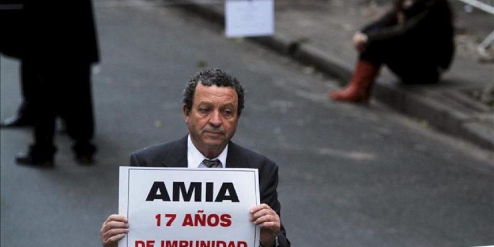 Un integrante de la comunidad judía de Argentina en el acto con motivo del aniversario del atentado que causó 85 muertos en la sede de la Asociación Mutual Israelita Argentina (AMIA) en Buenos Aires (Argentina). EFE/Archivo