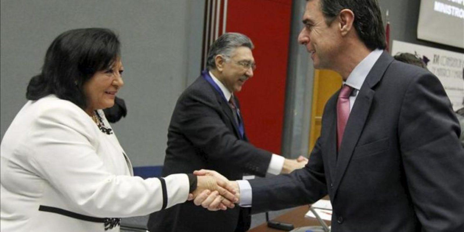 El ministro de Industria, Energía y Turismo, José Manuel Soria (dcha), saluda a la viceministra de Turismo de Cuba, Xiomara Martínez Iglesias, durante la inauguración de la XVI Conferencia Iberoamericana de Ministros y Empresarios de Turismo (CIMET), que se celebra en IFEMA, en Madrid. EFE
