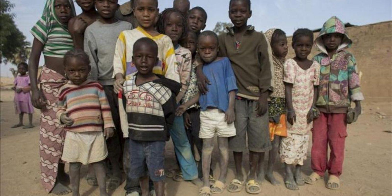 Imagen distribuida hoy, que muestra a un grupo de niños posando para el fotógrafo en la calle en la que viven en Diabaly, en Mali. EFE