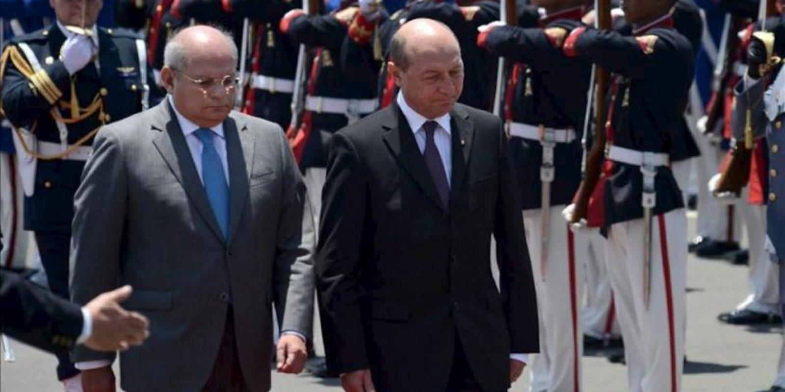 El ministro de Defensa peruano, Pedro Cateriano (i), recibió al presidente de Rumania, Traian Basescu (d), ayer 28 de enero a su llegada al aeropuerto militar Grupo 8 en Lima (Perú). EFE