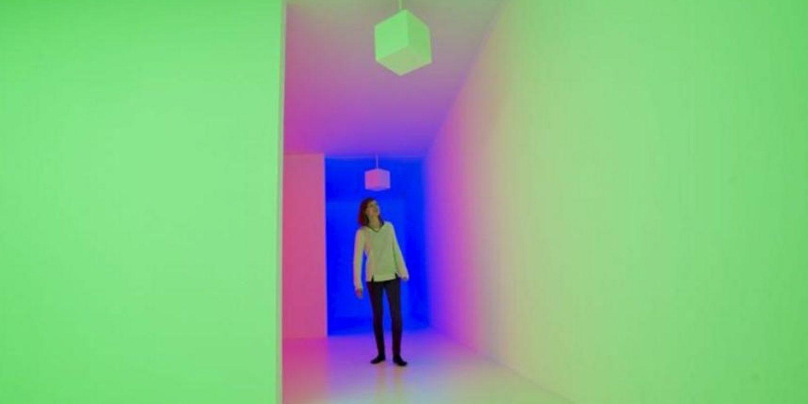 """Una empleada de la galería posa para los fotógrafos en la obra """"Chromosaturation"""" (1965-2008), del artista Carlos Cruz Diezl, en la galería Hayward de Londres (Reino Unido) durante la presentación hoy, martes 29 de enero de 2013 de la exposición """"Light Show"""". EFE"""