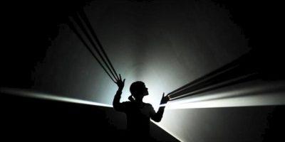 """Una empleada de la galería posa para los fotógrafos junto a la obra """"You and I, Horizontal"""" (2005), del artista Anthony Mccall, en la galería Hayward de Londres (Reino Unido) durante la presentación hoy, martes 29 de enero de 2013 de la exposición """"Light Show"""". EFE"""