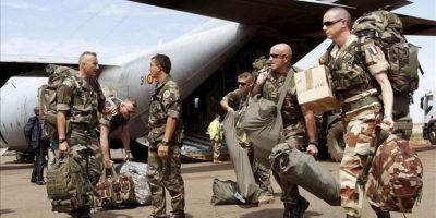 Fotografía facilitada por el Ministerio de Defensa de efectivos de las Fuerzas Armadas francesas junto al avión C-130 Hércules del Ejército del Aire español, con base en Dakar, para ser trasladados desde Dakar a Bamako. EFE