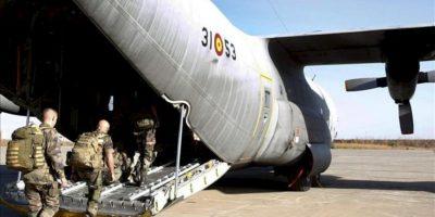 Fotografía facilitada por el Minsiterio de Defensa de los efectivos de las Fuerzas Armadas francesas subiendo al avión C-130 Hércules del Ejército del Aire español. EFE