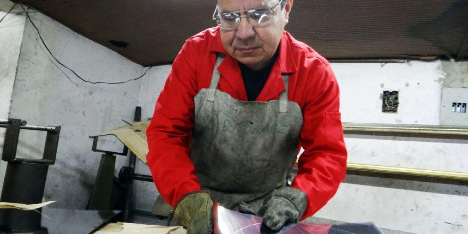 Las bases de las jirafas son cortadas de láminas de aluminio que vienen en rollos de dos toneladas. Foto:Diego Hernán Pérez / PUBLIMETRO