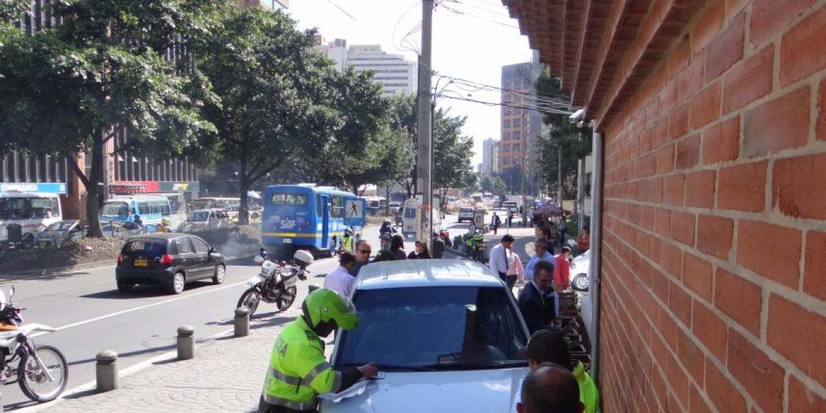 Conductor pierde control de su vehículo y atropella a dos peatones