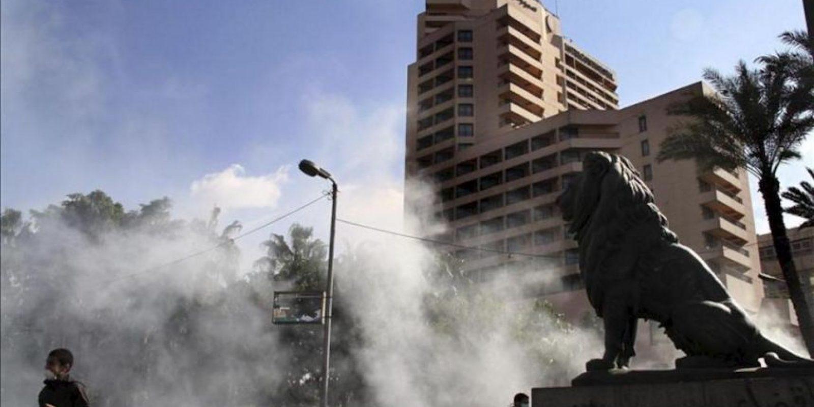Un hombre (i) se aleja de los disturbios que se están produciendo en el centro de El Cairo. EFE