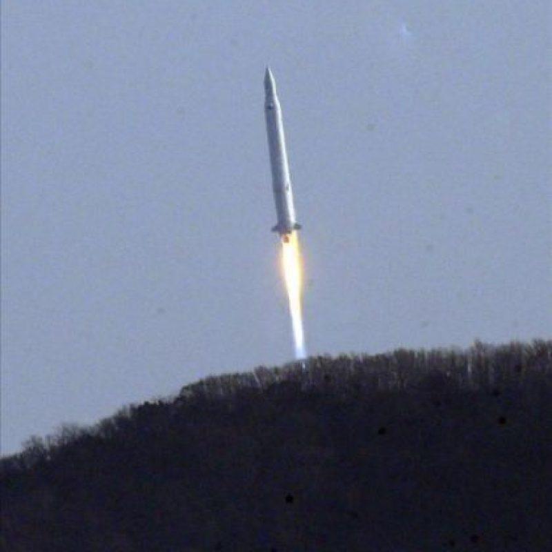 El cohete Naro-1, el primero fabricado parcialmente con tecnología local, despega hoy desde la plataforma de Goheung, a 480 kilómetros al sur de Seúl, Corea del Sur. EFE