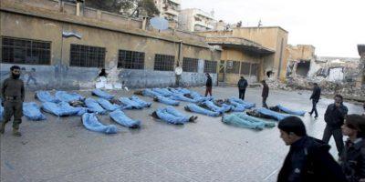Imagen de algunos de los 80 cadáveres sin identificar que fueron hallados ayer en el río Queiq, en Alepo, Siria. EFE