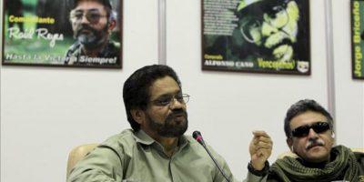 """Luciano Marín Arango, alias """"Iván Márquez""""(i), número dos de las FARC, habla junto al miembro del grupo subversivo Seuxis Paucias Hernández Solarte (d), alias """"Jesús Santrich"""", durante una conferencia ofrecida el 24 de enero de 2013, en La Habana (Cuba), al concluir una nueva ronda de conversaciones con el Gobierno de Colombia. EFE/Archivo"""