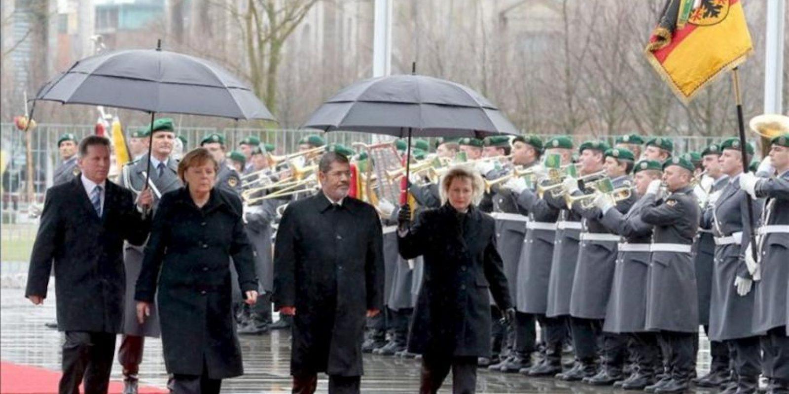 La canciller alemana Angela Merkel y el presidente Egipto Mohamed Mursi durante la ceremonia de bienvenida hoy, 30 de enero de 2013, en Berlín, Alemania. EFE