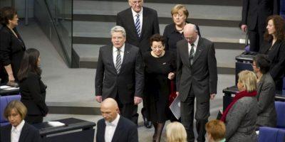 El presidente alemán, Joachim Gauck (izq), el primer ministro de Baden-Württemberg, Wingried Kretschmann (2º izq, detrás), la canciller alemana Angela Merkel (2ª dcha, detrás), y el presidente del Bundestag, Norbert Lammert (dcha), acompañan a la superviviente del Holocausto Inge Deutschkron (c) durante un acto en recuerdo de las víctimas del nacionalsocialismo en el Bundestag hoy, lunes 30 de enero de 2013 en Berlín (Alemania). EFE