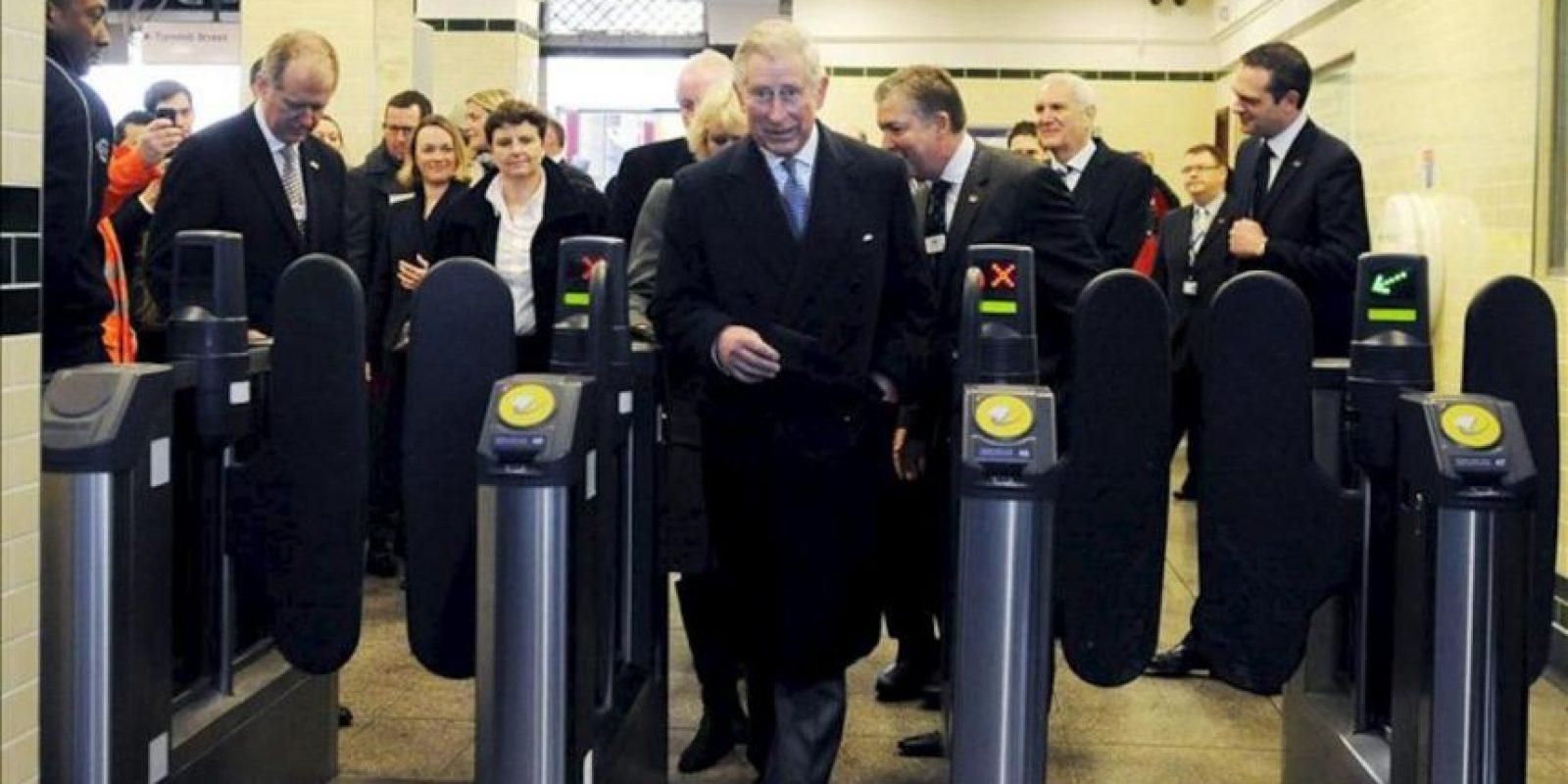 El príncipe de Gales, Carlos de Inglaterra (c), y su esposa Camila (detrás), duquesa de Cornualles, visitan la estación de Farringdon de Londres (Reino Unido) para celebrar el 150º aniversario del Metro de Londres, hoy, miércoles 30 de enero de 2013. Esta red del transporte público londinense celebra este año sus 150 años de existencia. EFE