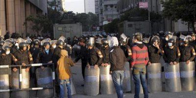 Manifestantes egipcios se encaran con la policía durante una jornada de protestas en la Plaza Tahrir, El Cairo, Egipto hoy, miércoles 30 de enero de 2013. EFE