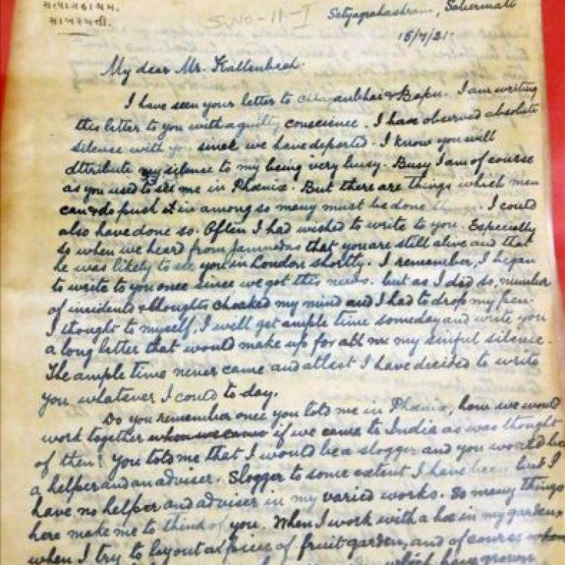 Una carta de Mahatma Gandhi dirigida al arquitecto alemán Hermann Kallenbach que forma parte de una muestra inédita que acoge los Archivos Nacionales de la India sobre la correspondencia entre Gandhi y Kallenbach, a quienes según algunas versiones les unía algo más que la amistad. EFE