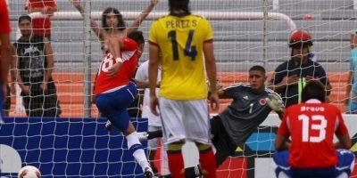 El jugador chileno Nicolás Castillo (i) anota de tiro penal ante Colombia durante un partido por el Campeonato Sudamericano Sub'20, en el estadio Malvinas Argentinas de Mendoza (Argentina). EFE