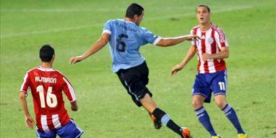 Fabricio Formiliano (c) de Uruguay ante Miguel Almirón (i) y Rodrigo Albornoz (d) de Paraguay durante un partido por el Campeonato Sudamericano Sub'20, en el estadio Malvinas Argentinas de Mendoza (Argentina). EFE