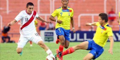 Jean Deza de Perú (i) ante dos rivales de Ecuador durante un partido por el Campeonato Sudamericano Sub'20, en el estadio Malvinas Argentinas de Mendoza (Argentina). EFE
