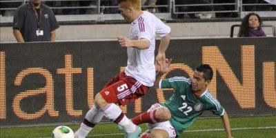 El jugador de México Paul Aguilar (d) disputa el balón con Mikkel Kirkeskov (i) de Dinamarca este miércoles 30 de enero de 2013, durante un partido amistoso en Phoenix, Arizona (EE.UU.). Éste es el primer juego de la selección mexicana durante su gira por ciudades estadounidenses. EFE