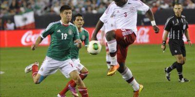 El jugador de México Oribe Peralta (i) disputa el balón con Okore Jores (d) de Dinamarca este miércoles 30 de enero de 2013, durante un partido amistoso en Phoenix, Arizona (EE.UU.). Éste es el primer juego de la selección mexicana durante su gira por ciudades estadounidenses. EFE