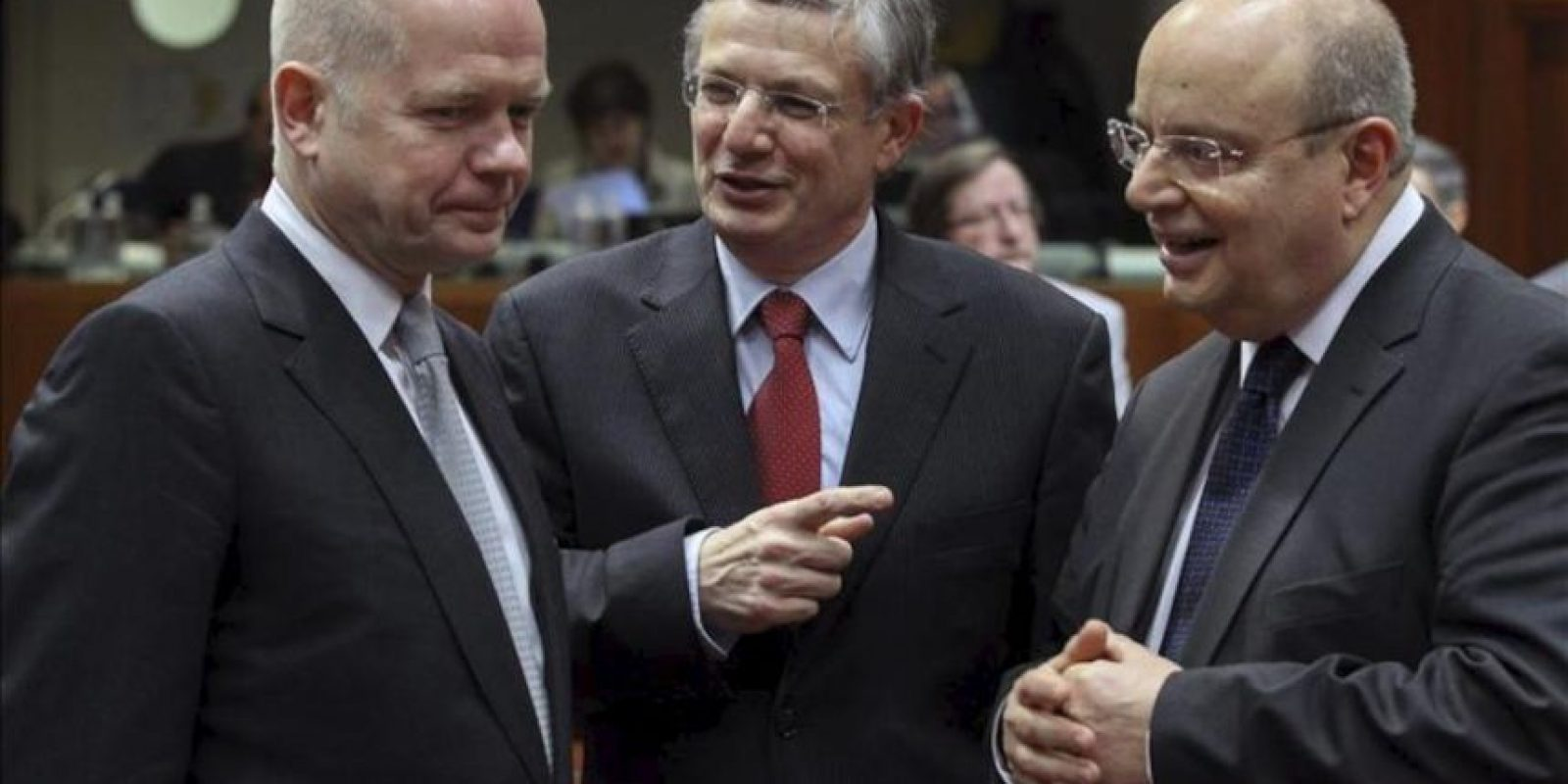 El ministro británico de Asuntos Exteriores, William Hague (izq), charla con el comisario europeo de Salud y Política de Consumidores, Tonio Borg (c), y el titular de Exteriores maltés, Francis Zammit Dimech (der), al comienzo del Consejo de Asuntos Exteriores de la Unión Europea en la sede de la UE en Bruselas. EFE
