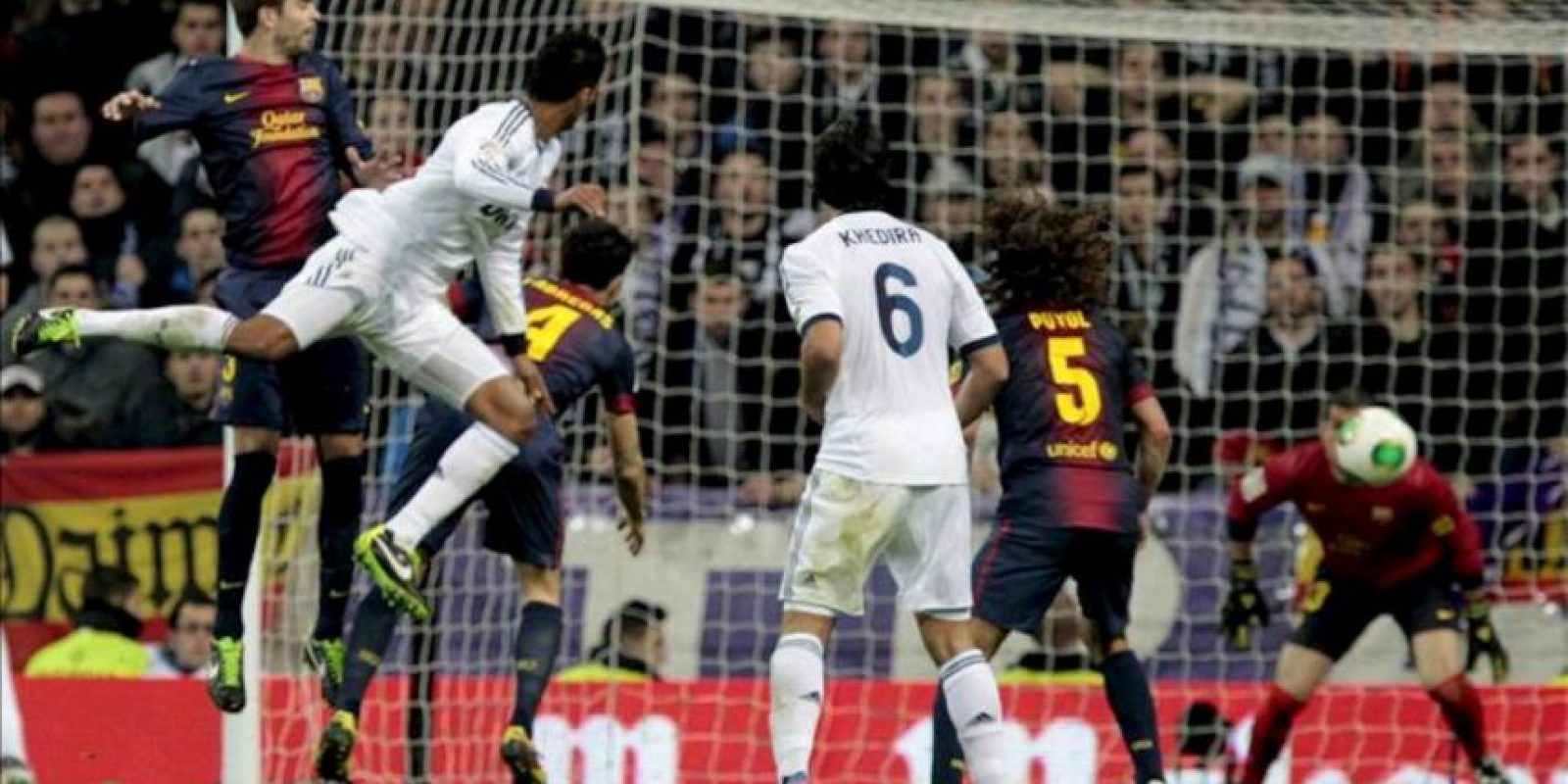 El defensa francés del Real Madrid (2i), Raphael Varane, remata de cabeza ante la defensa del Barcelona, consiguiendo el gol del equipo blanco en el partido de ida de la semifinal de la Copa del Rey de ayer. EFE