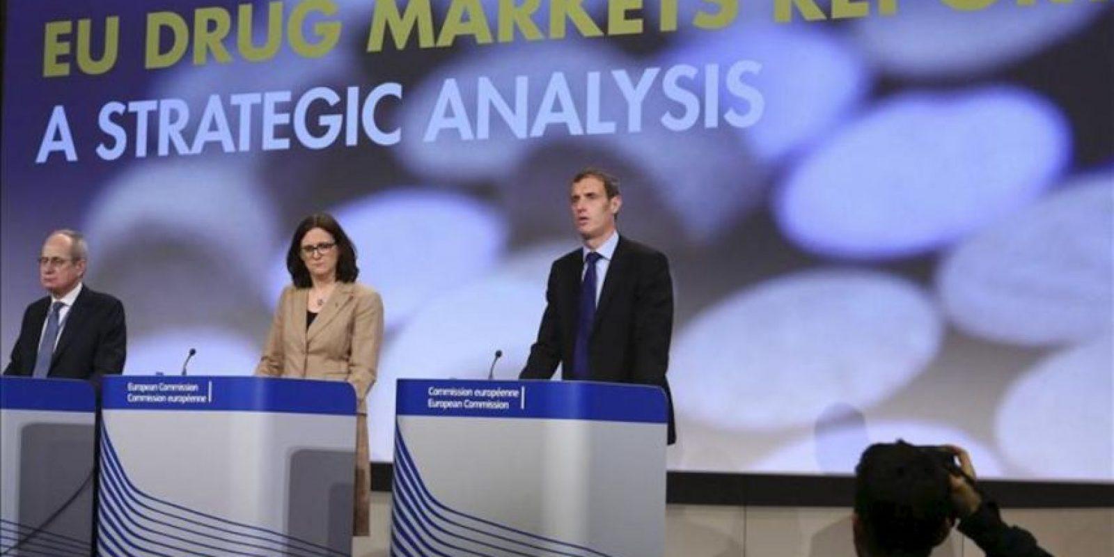 (d-i) El director de Europol, Rob Wainwright, la comisaria europea del Interior, Cecilia Malmström, y el director del Observatorio Europeo de Drogas y Toxicomanías, Wolfgang Gotz, durante una rueda de prensa conjunta para presentar el primer informe conjunto que han realizado las dos principales agencias europeas contra la droga. EFE