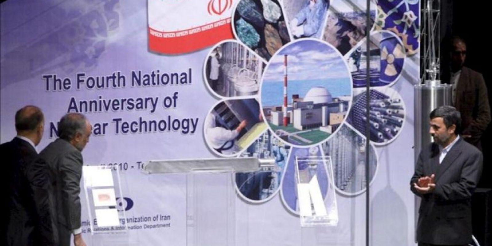 Fotografía de abril de 2010 del presidente iraní, Mahmud Ahmadineyad (d), y el exdirector de la Organización de la Energía Atómica de Irán Ali-Akbar Salehi (2i), durante un acto para desvelar la fabricación de la tercera generación de las centrifugadoras, en Teherán (Irán). EFE/Archivo