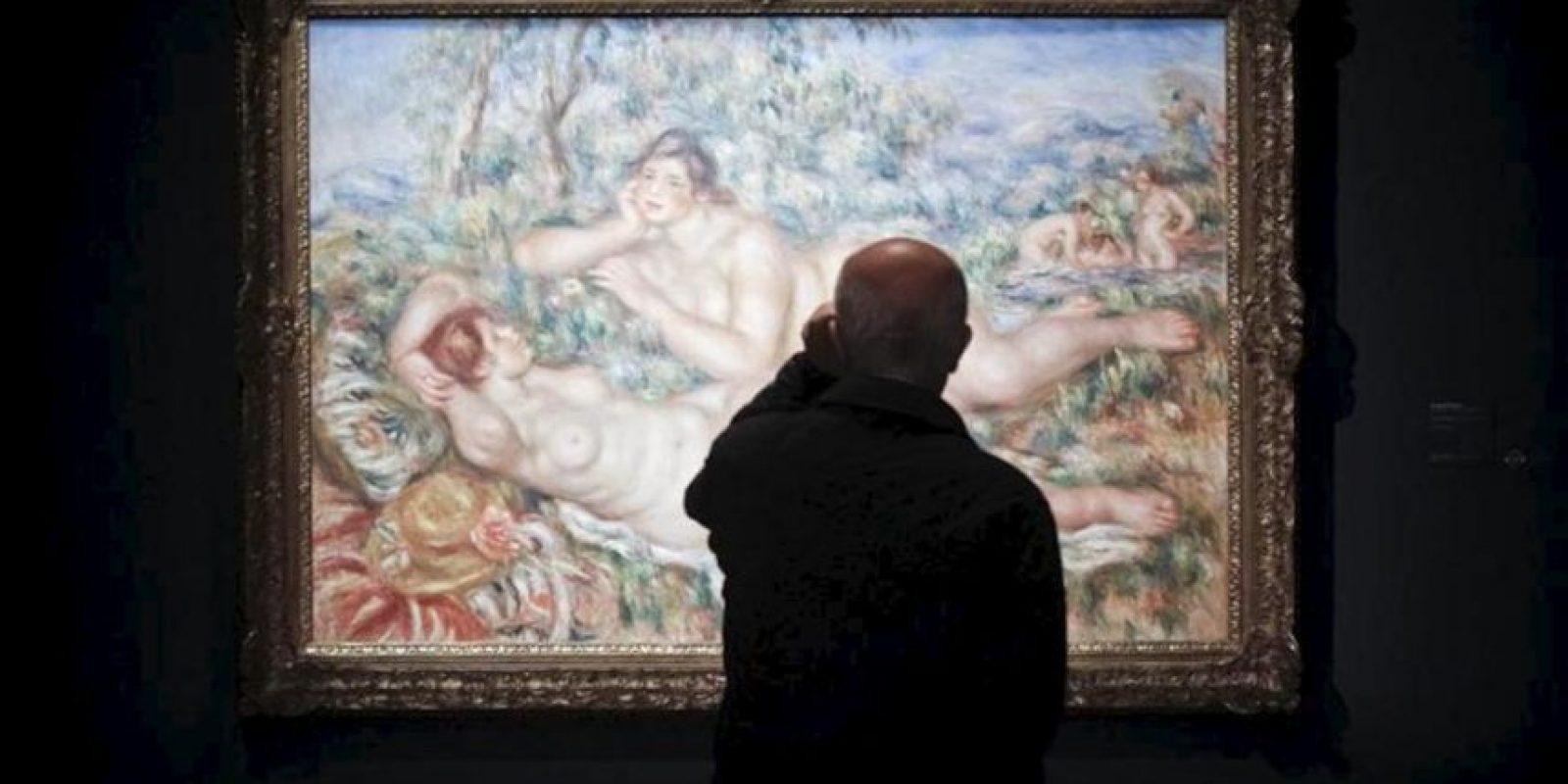 """Una hombre contempla la obra """"Las bañistas"""" (1918-1919) de Auguste Renoir, que forma parte de la muestra """"Impresionistas y postimpresionistas. El nacimiento del arte moderno. Obras maestras del Museo de Orsay"""", la exposición de mayor relieve de las organizadas por la Fundación Mapre. EFE"""