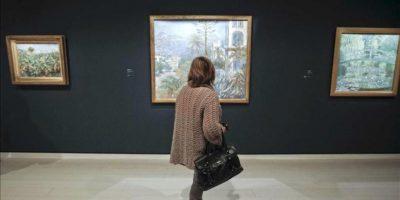 """Una mujer contempla la obra """"Villas de Bordighera"""" (1884) de Claude Monet, que forma parte de la muestra """"Impresionistas y postimpresionistas. El nacimiento del arte moderno. Obras maestras del Museo de Orsay"""", la exposición de mayor relieve de las organizadas por la Fundación Mapre. EFE"""