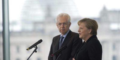La canciller alemana, Angela Merkel (d), y el primer ministro italiano, Mario Monti, hoy, en Berlín, Alemania, tras una reunión para acercar posturas de cara a la próxima cumbre europea, en la que se debatirán los presupuestos comunitarios del período 2014-2020. EFE