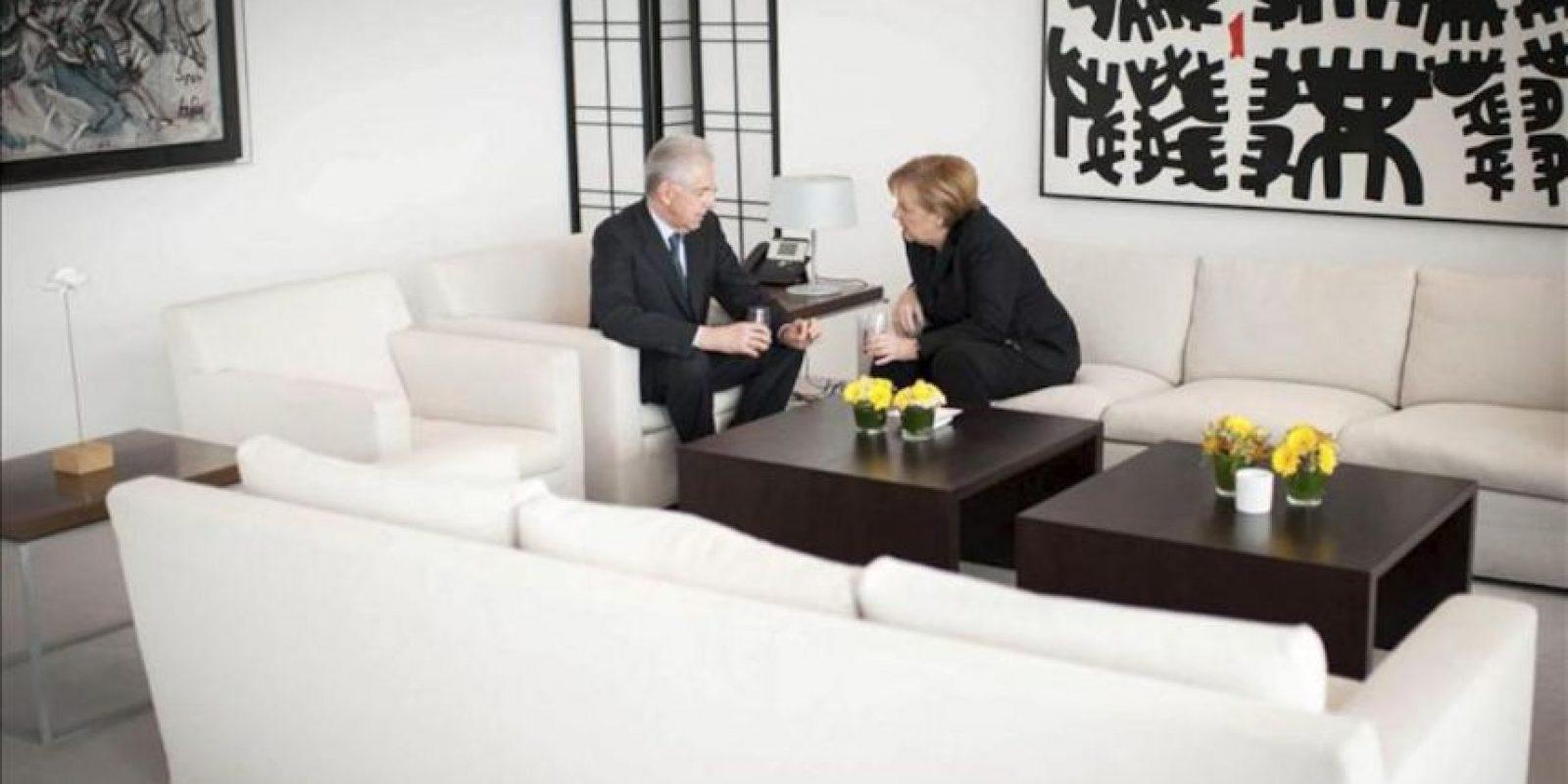 Fotografía cedida por el Gobierno alemán de la canciller alemana, Angela Merkel (d), y el primer ministro italiano, Mario Monti, en la sede de la Cancillería en Berlín, Alemania. EFE