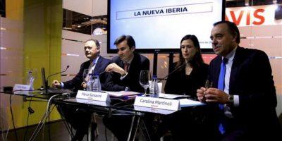 """El director general comercial de Iberia, Marco Sansavini (2i), junto a los miembros de la compañía, Victor Moneo (i) y Carolina Martinoli, entre otros, durante la presentación de """"la nueva Iberia"""", hoy en la Feria Internacional de Turismo (FITUR), en Madrid. EFE"""