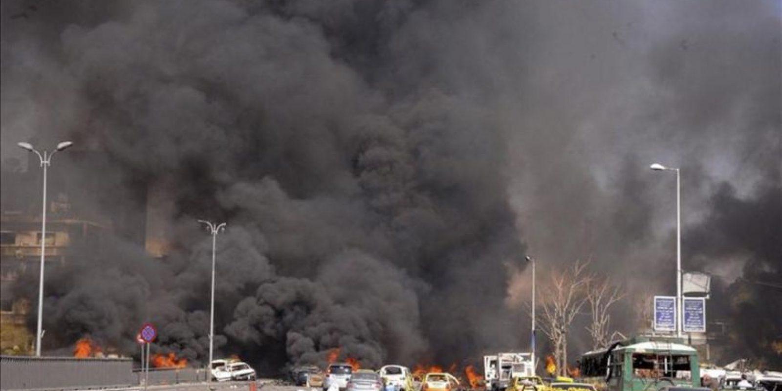 Fotografía distribuida por la agencia de noticias oficial siria SANA que muestra una enorme columna de humo negro tras la explosión de un coche bomba en el centro de Damasco. EFE
