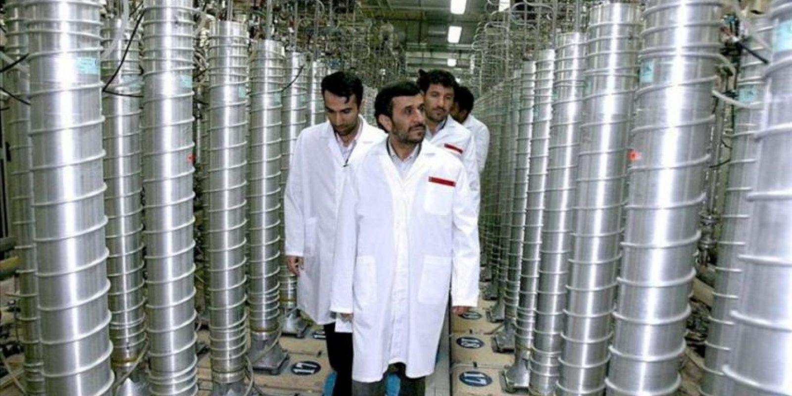 Imagen cedida por la web presidencial iraní datada el 8 de marzo del 2007 del presidente iraní, Mahmud Ahmadineyad (c), visitando la planta atómica de Natanz, Irán. EFE