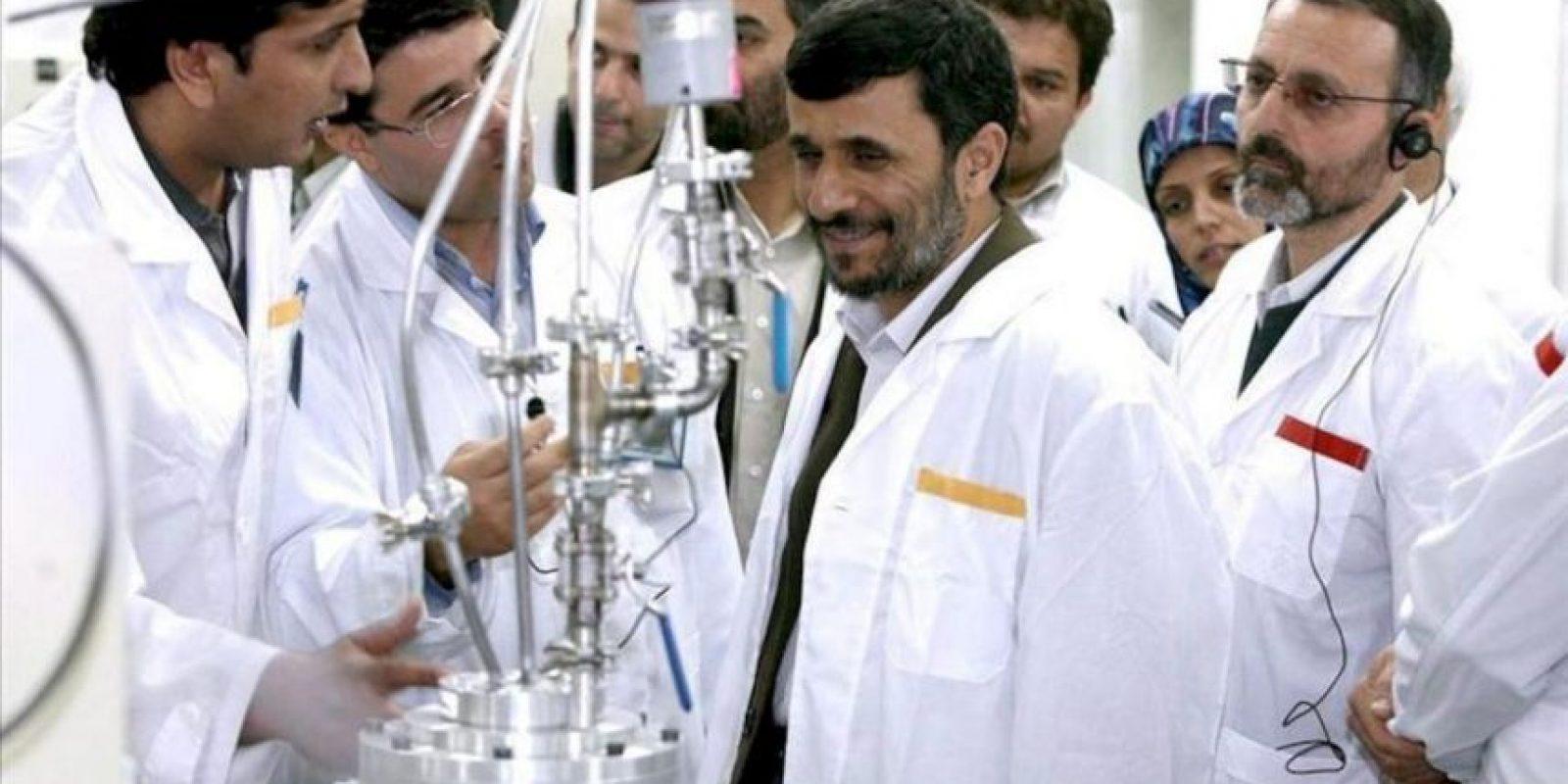 Imagen cedida por la web presidencial iraní datada el 8 de marzo del 2007 del presidente iraní, Mahmud Ahmadineyad, visitando la planta atómica de Natanz, Irán. EFE