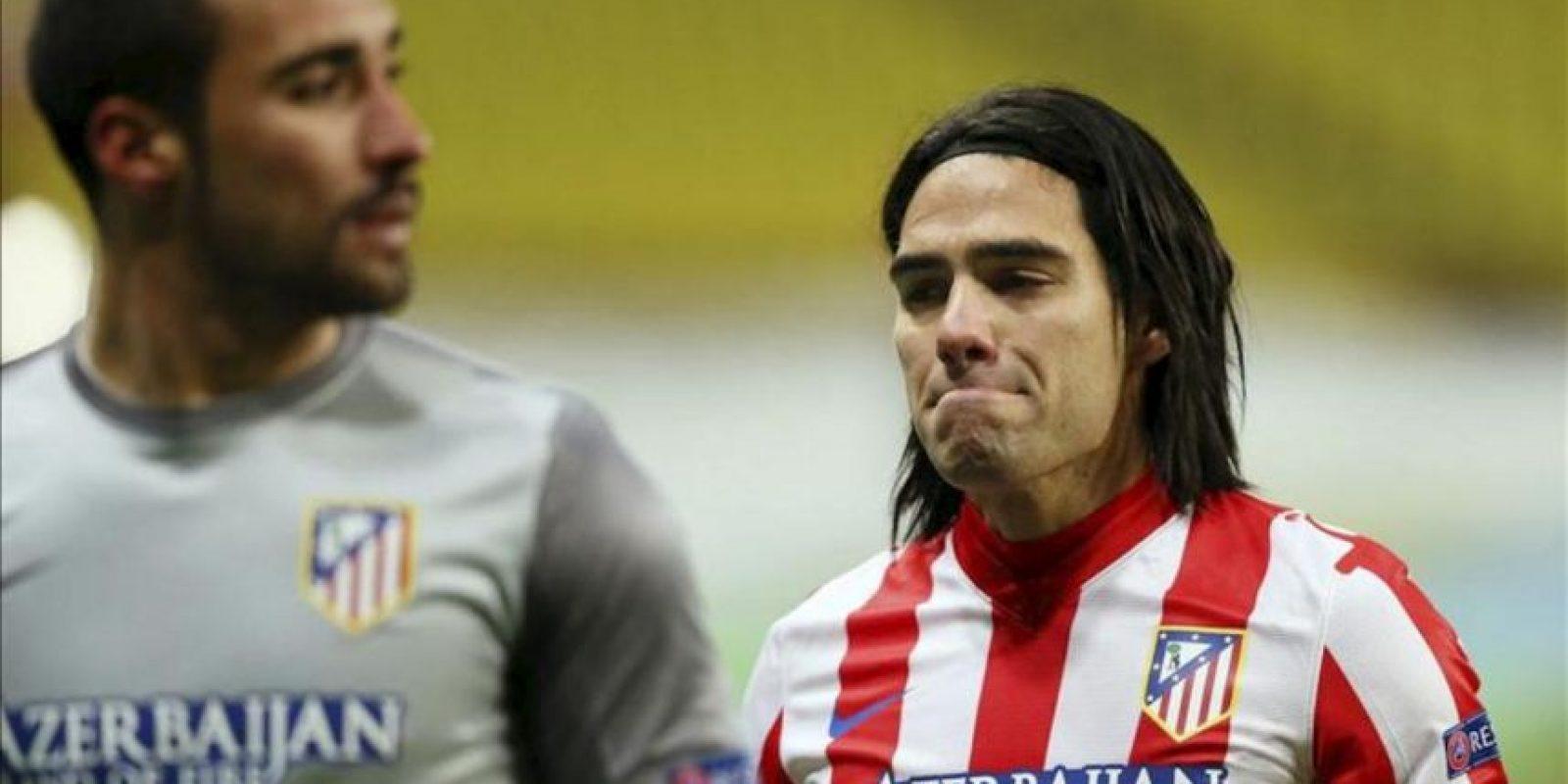El colombiano Radamel Falcao (d), delantero del Atlético de Madrid, se lamenta después del partido de vuelta de diecisaisavos de final de la Liga Europa que su equipo disputó hoy en Moscú, Rusia. EFE