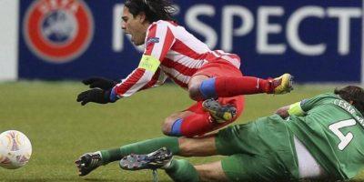 El colombiano Radamel Falcao (i), delantero del Atlético de Madrid, cae al suelo en su lucha por el balón con César Navas, defensa español del Rubin Kazán. EFE