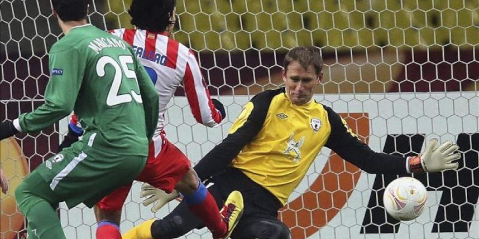 El colombiano Radamel Falcao (c), delantero del Atlético de Madrid, marca el 0-1 ante Sergei Ryzhikov (guardameta) e Iván Marcano (i), del Rubin Kazan. EFE
