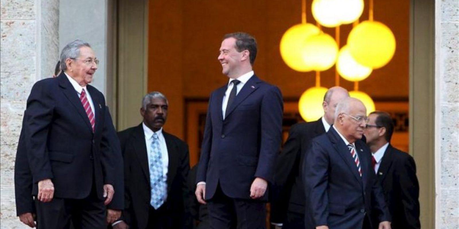 El presidente cubano, Raúl Castro (i), recibe al primer ministro de Rusia, Dimitri Medvédev (d), en el Palacio de la Revolución de La Habana, durante una visita oficial para reforzar las relaciones comerciales y de cooperación entre ambos países. EFE