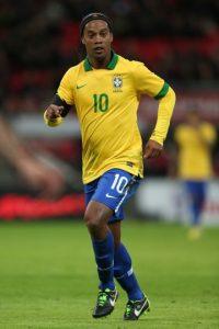 Fútbol Ronaldinho Gaúcho: la foto de la discordia La multinacional Coca Cola decidió cancelar el contrato que tenía con el futbolista brasileño luego de que apareciera en una rueda de prensa con una lata de Pepsi, archirrival de la marca. El hecho ocurrió en 2012 y el contrato, que se firmó a finales de 2011 y estaba presupuestado para terminar en 2014. Foto:Getty Images