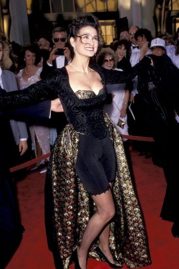 """Esta """"belleza"""" la lució Demi Moore en 1989. Nótese el """"bicicletero"""", y la falda trasera. Ni hablar del peinado. Foto:Celebuzz"""
