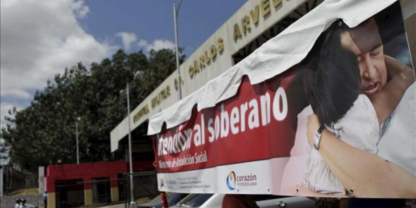 """Una carpa es instalada en la entrada del Hospital Militar """"Dr. Carlos Arvelo"""", donde se encontraría el presidente venezolano Hugo Chávez, en Caracas (Venezuela). EFE"""